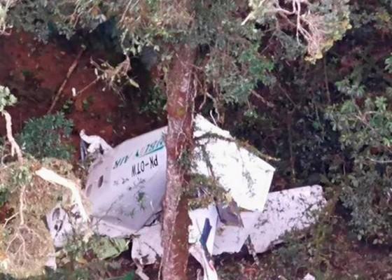 Nusabali.com - rimbun-air-plane-crash-victims-cadavers-brought-to-mimika