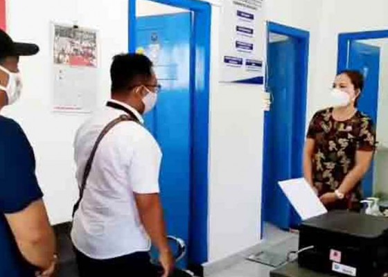 Nusabali.com - perbekel-sudaji-antar-warga-rehabilitasi-ke-bnnk-buleleng