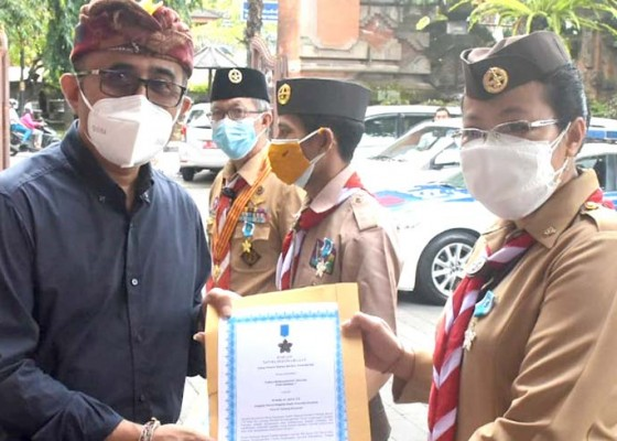 Nusabali.com - walikota-jaya-negara-serahkan-penghargaan-lencana-panca-warsa-bagi-insan-pramuka