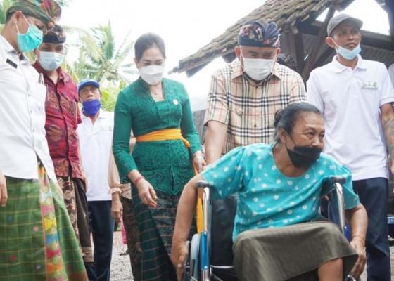 Nusabali.com - serahkan-kursi-roda-bupati-tamba-sebut-rawat-orang-sakit-adalah-yadnya