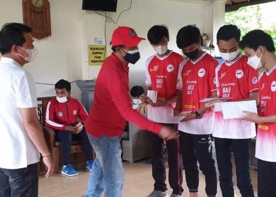 Nusabali.com - bupati-suwirta-bekali-uang-saku-8-juta-untuk-tim-esport-klungkung-yang-tembus-final-pon
