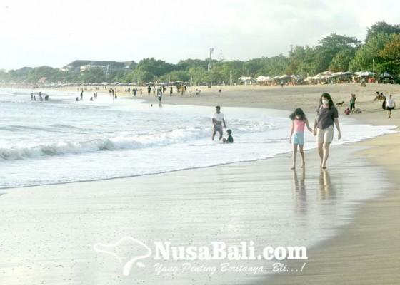 Nusabali.com - akhir-pekan-pengunjung-pantai-kuta-membeludak