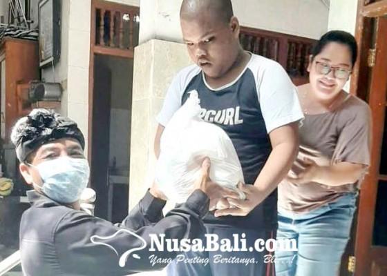 Nusabali.com - desa-adat-kuta-bagikan-sembako