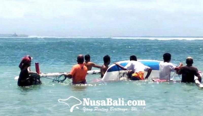 www.nusabali.com-dihantam-ombak-perahu-nelayan-terbalik