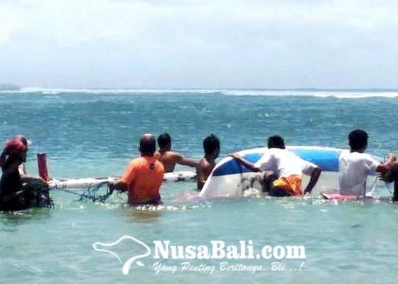 Nusabali.com - dihantam-ombak-perahu-nelayan-terbalik