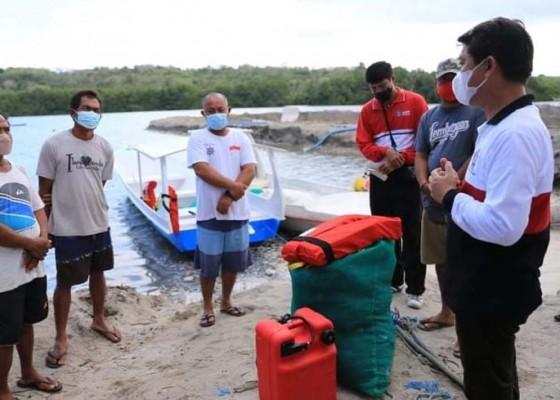 Nusabali.com - 2-kelompok-nelayan-nusa-penida-terima-bantuan-jukung