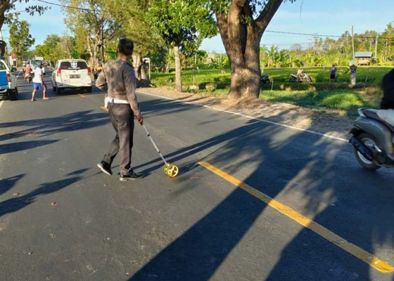 Nusabali.com - jalan-berlubang-makan-korban-pemotor-tewas-ditabrak-truk