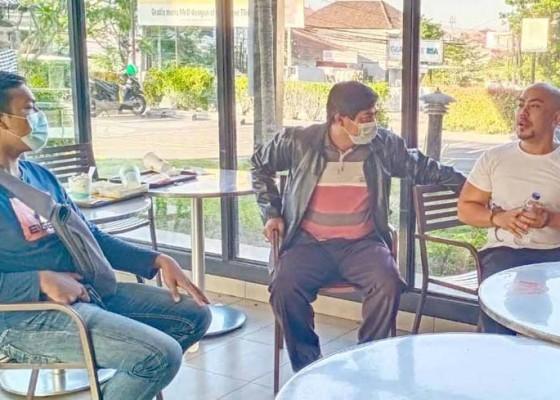 Nusabali.com - karyawan-toko-hp-babak-belur-dihajar-roti-kalung