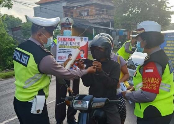 Nusabali.com - satlantas-polres-klungkung-edukasi-prokes-dan-tertib-lalu-lintas