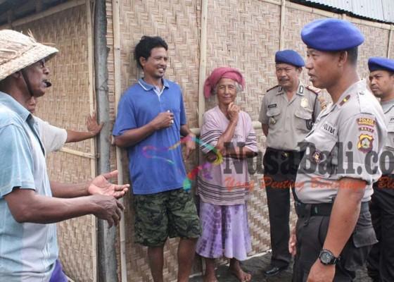 Nusabali.com - polisi-sambangi-perajin-garam