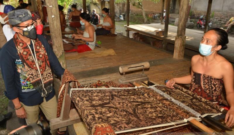 www.nusabali.com-menparekraf-order-120-lembar-kain-tradisional-tenganan-untuk-ktt-g20