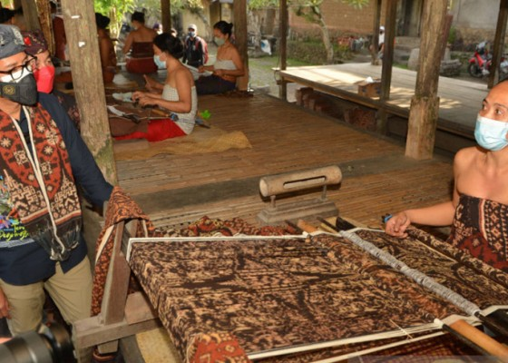 Nusabali.com - menparekraf-order-120-lembar-kain-tradisional-tenganan-untuk-ktt-g20