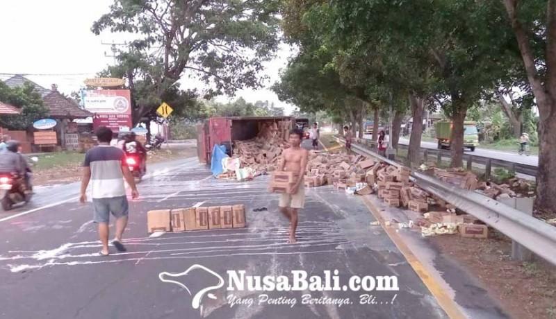 www.nusabali.com-truk-terguling-muatan-susu-tumpah-ke-jalan