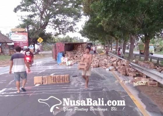 Nusabali.com - truk-terguling-muatan-susu-tumpah-ke-jalan
