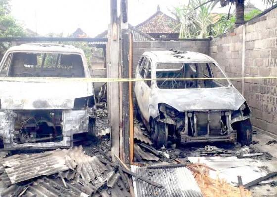 Nusabali.com - 2-mobil-terbakar-di-garasi-kerugian-rp-250-juta