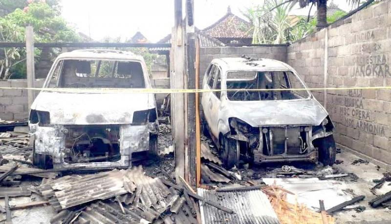www.nusabali.com-2-mobil-terbakar-di-garasi-kerugian-rp-250-juta