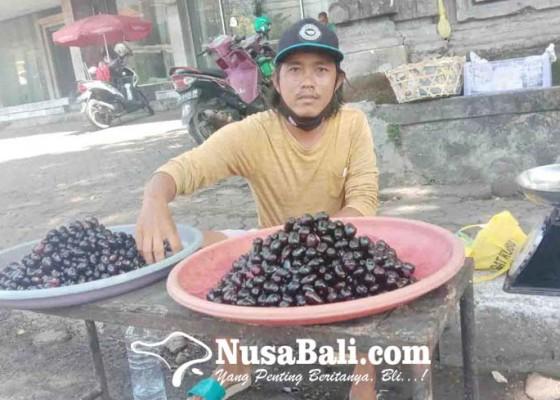 Nusabali.com - kini-jualan-juwet-dambakan-pariwisata-bali-segera-dibuka