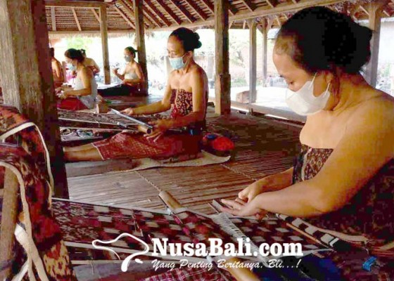 Nusabali.com - petenun-desa-tenganan-pagringsingan-siap-penuhi-pesanan-menparekraf