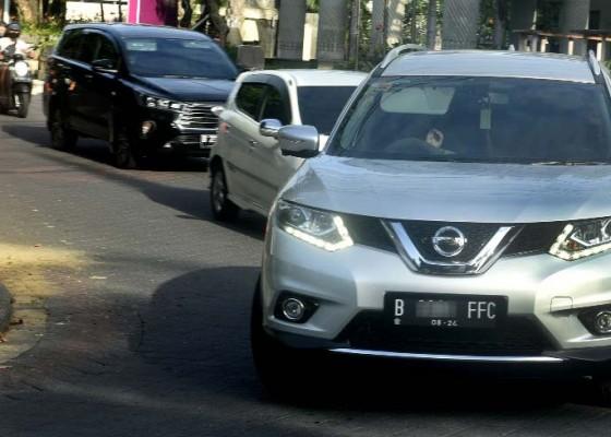Nusabali.com - kendaraan-plat-luar-mulai-banyak-bersliweran-di-bali