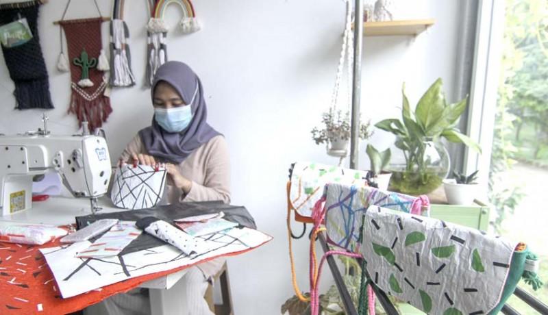 www.nusabali.com-kerajinan-tas-dari-kantong-plastik-bekas