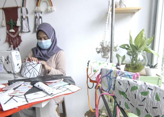 Nusabali.com - kerajinan-tas-dari-kantong-plastik-bekas