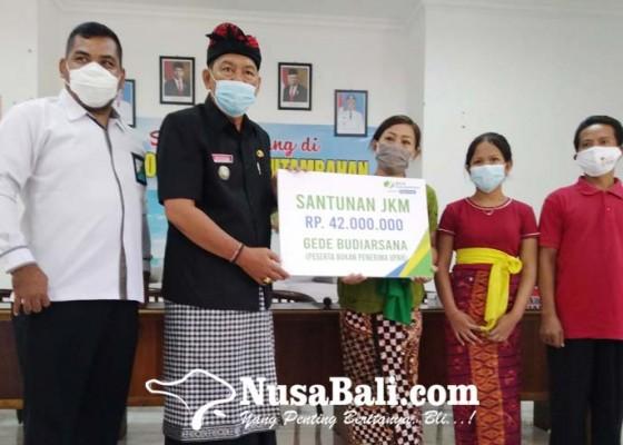 Nusabali.com - keluarga-ahli-waris-korban-bentrok-di-monang-maning-terima-santunan