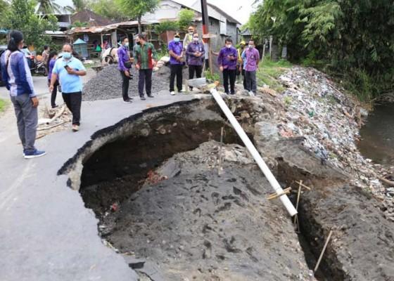 Nusabali.com - bupati-suwirta-tinjau-proyek-senderan-jalan-di-gelgel