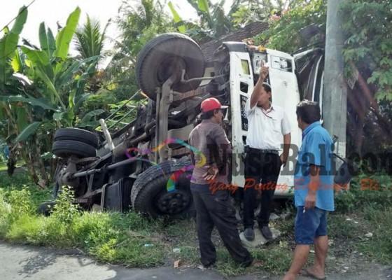 Nusabali.com - truk-vs-truk-sopir-pingsan