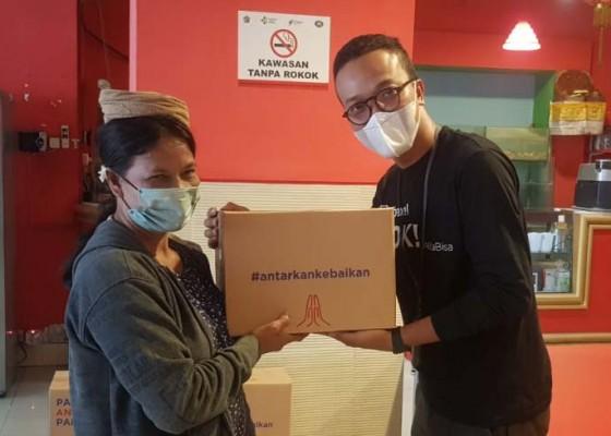 Nusabali.com - paxel-bali-berbagi-paket-sembako-untuk-tukang-suun-di-pasar-badung
