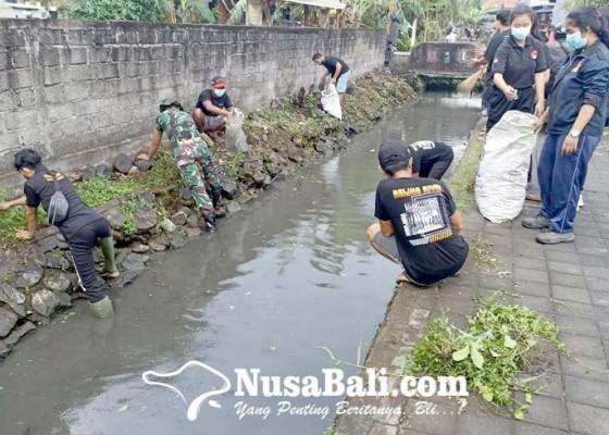 Nusabali.com - kodim-dan-komunitas-peduli-sungai-gelar-aksi-bersih-bersih