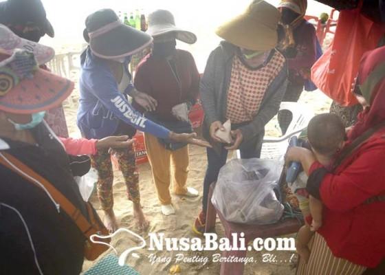 Nusabali.com - sekelompok-anak-surfing-bagikan-nasi-bungkus-ke-pedagang