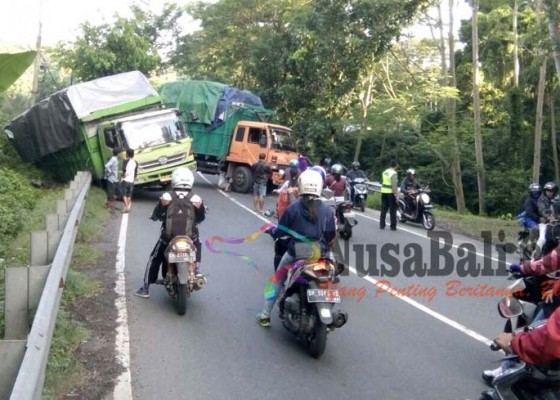 Nusabali.com - tak-kuat-nanjak-di-samsam-2-truk-nyaris-terperosok-ke-jurang