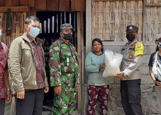 Nusabali.com - relawan-salurkan-bantuan-beras-di-desa-ban