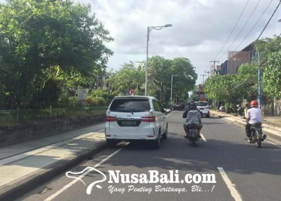 Nusabali.com - kendaraan-parkir-sembarangan-menjamur-di-kuta