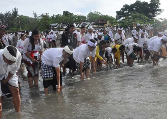 Nusabali.com - ribuan-umat-padati-pantai-yeh-gangga