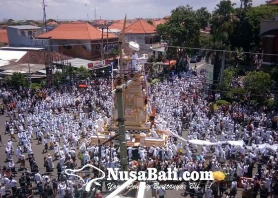Nusabali.com - masyarakat-antusias-menyaksikan-prosesi-palebon-ida-pedanda-gede-dwija-ngenjung