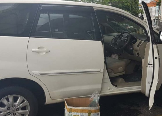 Nusabali.com - kaca-mobil-dikepruk-uang-rp-244-juta-disikat