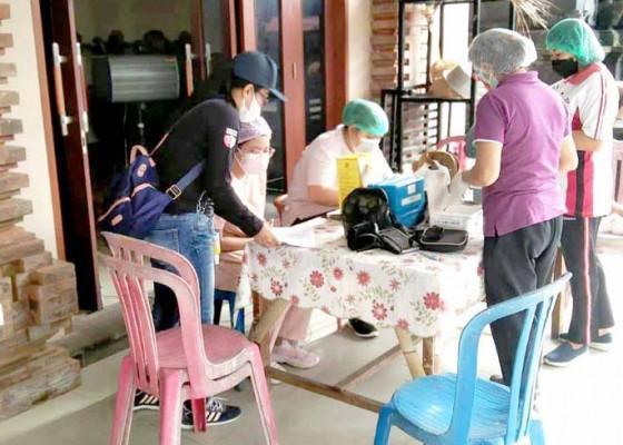 Nusabali.com - lansia-di-dalung-didatangi-petugas-vaksin