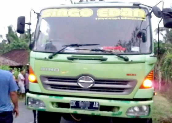 Nusabali.com - hendak-kerja-pemotor-tewas-dilindas-truk
