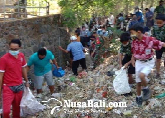 Nusabali.com - perbekel-tianyar-bersama-yayasan-bersihkan-sampah-plastik