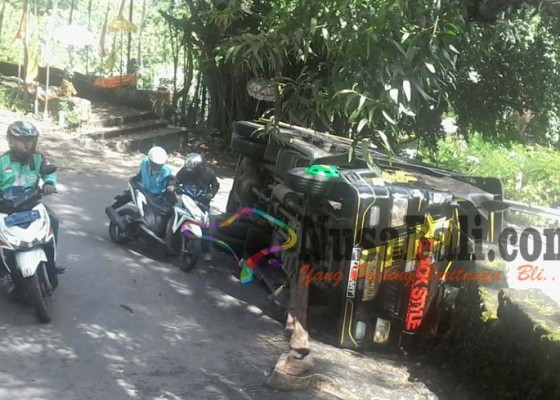 Nusabali.com - truk-terguling-di-tanjakan-goa-gong-belum-dievakuasi