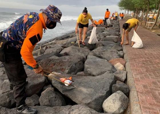 Nusabali.com - polairud-polres-gianyar-dan-trash-hero-indonesia-bersih-bersih-sampah-plastik-di-pantai-masceti