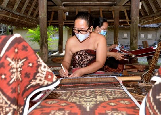 Nusabali.com - balinese-endek-and-gringsing-stand-out-on-national-batik-day