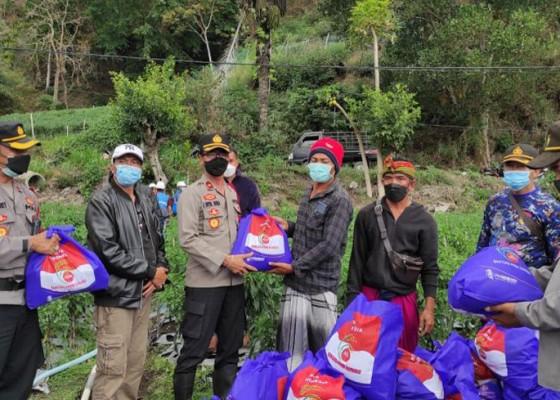 Nusabali.com - polres-bangli-salurkan-sembako-untuk-korban-tanah-longsor