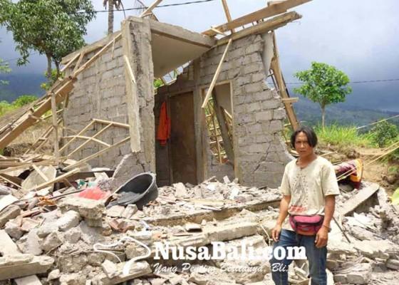 Nusabali.com - rumah-ambruk-saat-gempa-anak-usia-tiga-tahun-tewas