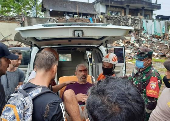 Nusabali.com - terpeleset-wna-jatuh-ke-sungai-dengan-ketinggian-tebing-8-meter-di-ceking-rice-terrace-tegallalang