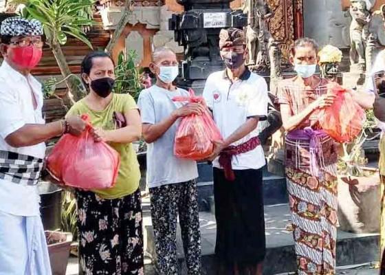 Nusabali.com - desa-adat-seririt-bagikan-sembako-untuk-krama