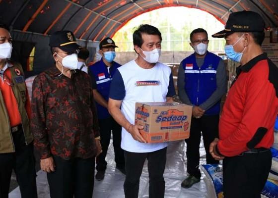 Nusabali.com - bupati-suwirta-serahkan-bantuan-beras-25-ton
