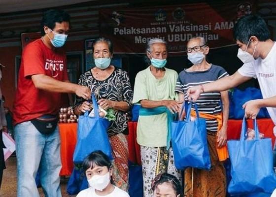 Nusabali.com - polsek-ubud-dan-taman-hati-kencana-bagikan-sayur-dan-telur-untuk-lansia