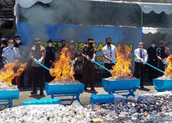 Nusabali.com - bea-cukai-musnahkan-rokok-hingga-arak-bali-ilegal-senilai-rp-18-miliar